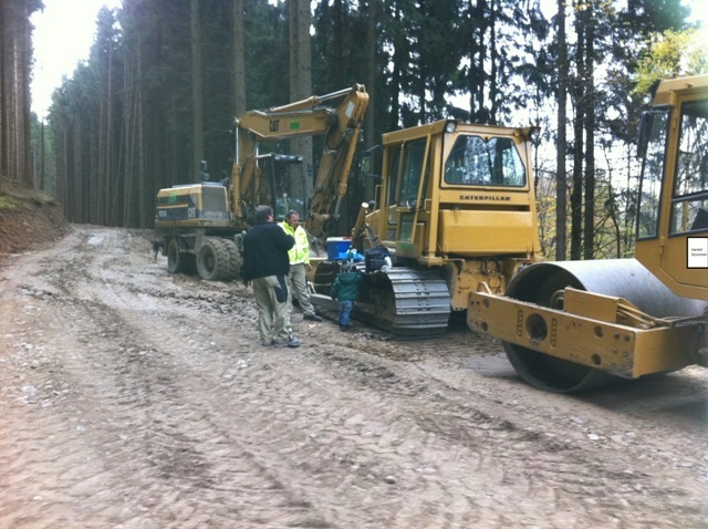Die_Firma_Stommel_Erd-und_Strassenbau_gmbH_bei_Arbeiten_mit_Bagger_bei_einem_Waldwegebau_in_Gummersbach