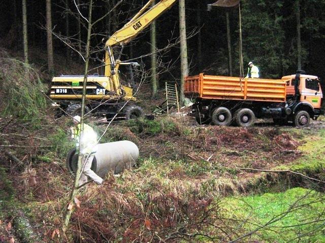 Die_Firma_Stommel_Erd-und_Strassenbau_gmbH_bei_Arbeiten_mit_Bagger_bei_einem_Waldwegebau_in_Marienheide