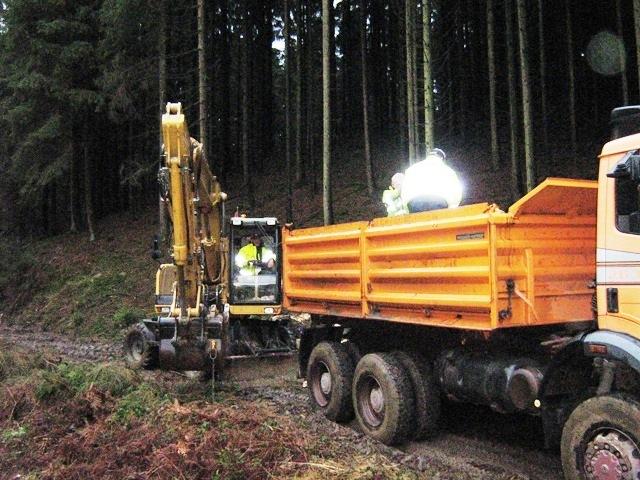 Die_Firma_Stommel_Erd-und_Strassenbau_gmbH_bei_Arbeiten_mit_Bagger_bei_einem_Waldwegebau_in_Overath