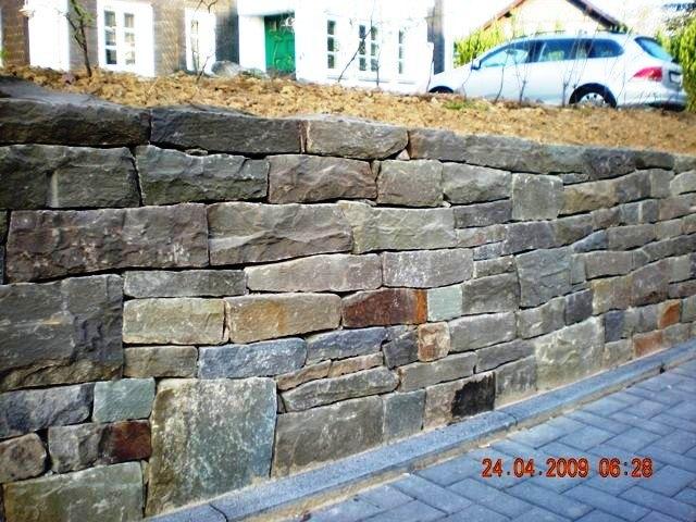 Herstellung_einer_Bruchsteinmauer_im_Zuge_eines_Ortslagenumbaus_in_Nuembrecht