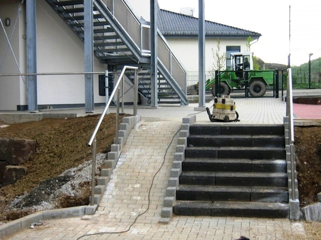 Pflasterarbeiten_mit_Behindertengerechtem_Aufgang_auf_einem_Schulgelaende_in_Lindlar