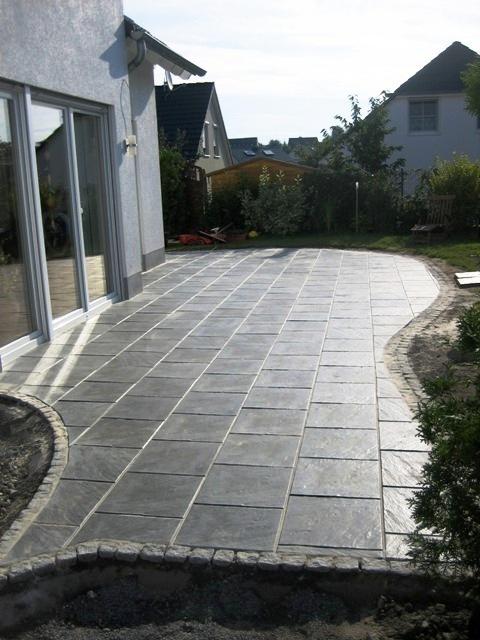 Verlegen_von_Platten_auf_einer_neu_gestalteten_Terrasse